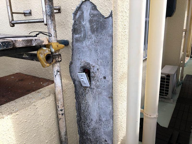 糸満市K邸のモルタル壁剝離ハツリ1