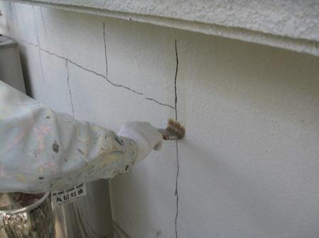 壁面ひび割れVカット部のプライマー塗布