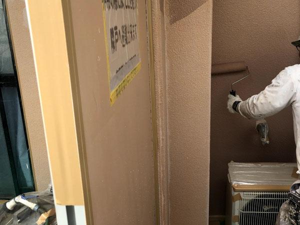 糸満市Sアパート様の手塗りで中塗り