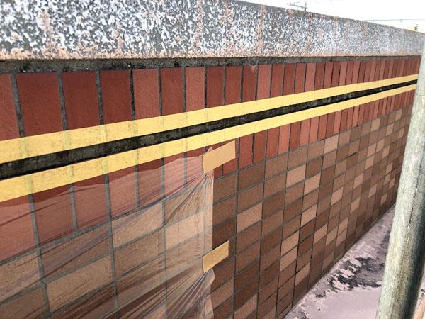 糸満市Sアパート様のタイル側面、伸縮目地コーキング充填