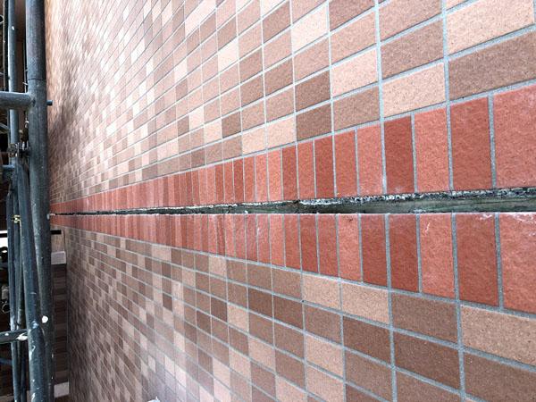 糸満市Sアパート様のタイル壁面、伸縮目地コーキング劣化剥ぎ取り