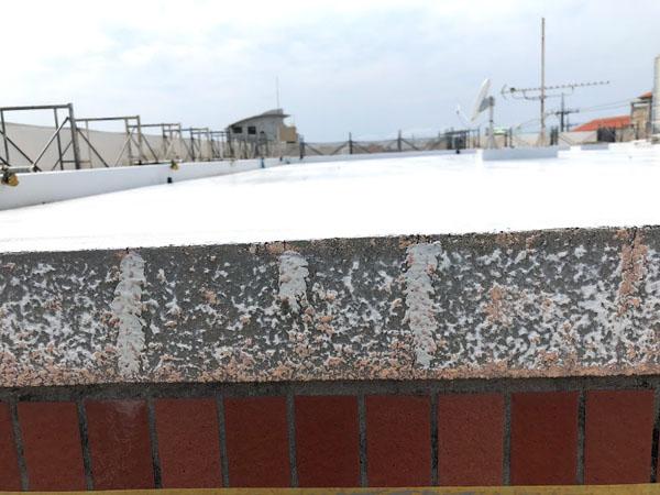 沖縄県糸満市Sアパート様の壁面ひび割れカット、プライマー塗布後、ウレタンパテ充填。