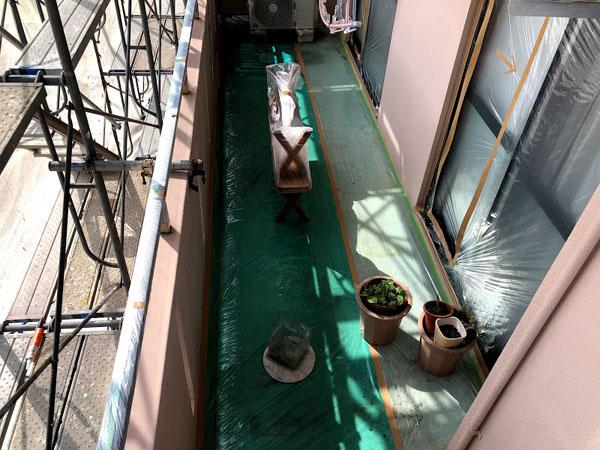 糸満市Sアパート様のベランダ床・窓等のビニール養生
