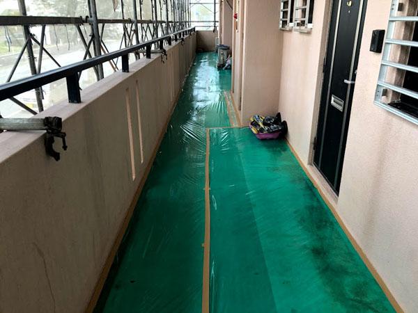 沖縄県糸満市Sアパート様の廊下ビニール養生。