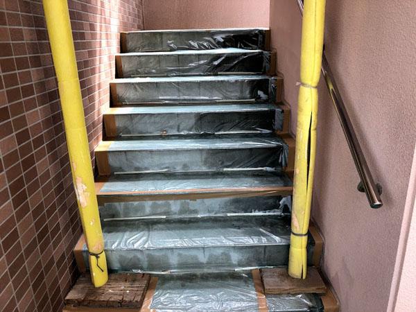 沖縄県糸満市Sアパート様の階段ビニール養生。