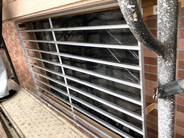沖縄県糸満市Sアパート様の窓・格子等ビニール養生。