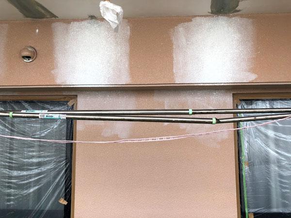 糸満市Sアパート様のひび割れ補修箇所の模様合わせ