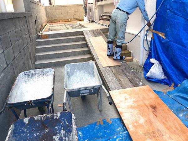 糸満市T邸・足場板を使い、緩やかな道板作り。