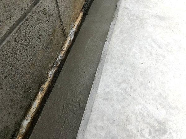 沖縄県糸満市T邸の土間工事・仮枠解体後、溝モルタル仕上げ。
