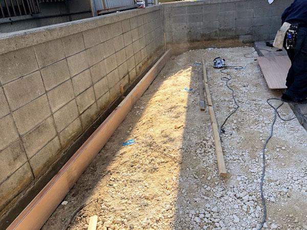 糸満市T邸の土間工事・砕石を投入し、再度プレートで地固め。