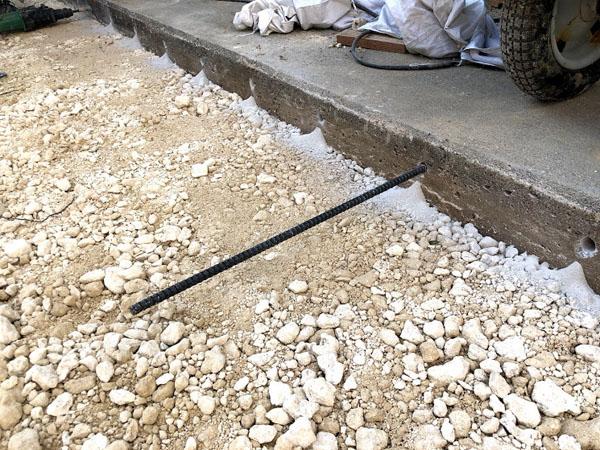 糸満市T邸の土間工事・既存の犬走りとの継ぎ目に4部筋アンカーで補強。
