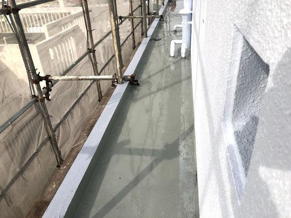 那覇市Oアパート様のウレタン塗膜防水中塗り1