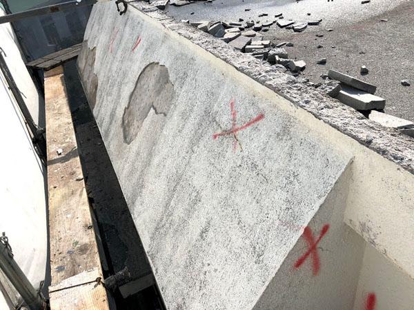 壁面モルタル壁剥離部ハツリ