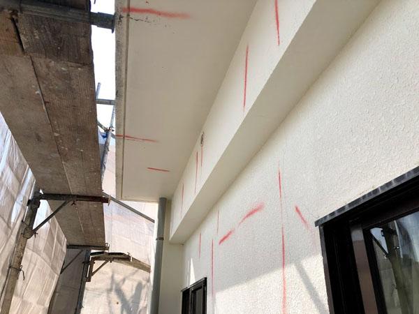 那覇市T邸の壁面ひび割れ箇所マーキング