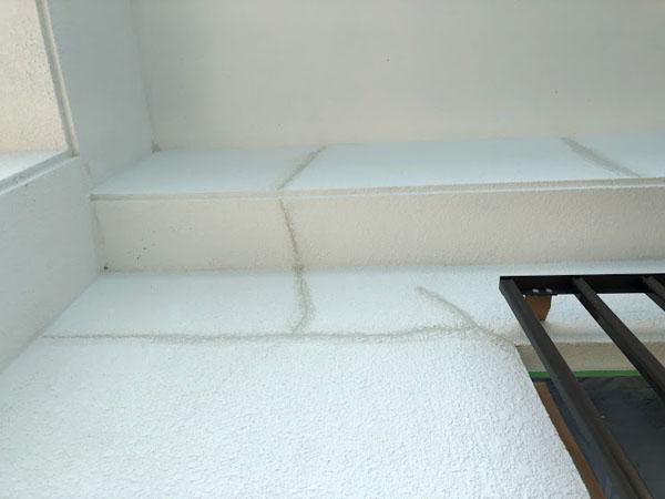 壁面ひび割れカット・ウレタンパテ充填