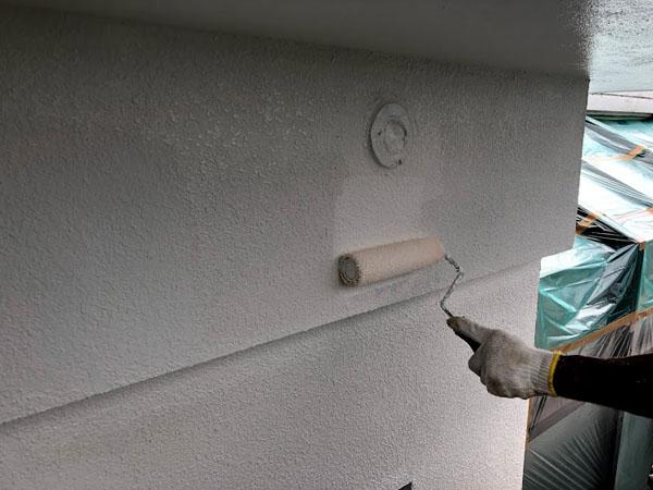沖縄県宜野湾市U様のシーラー接着材塗布後、塗装中塗り。
