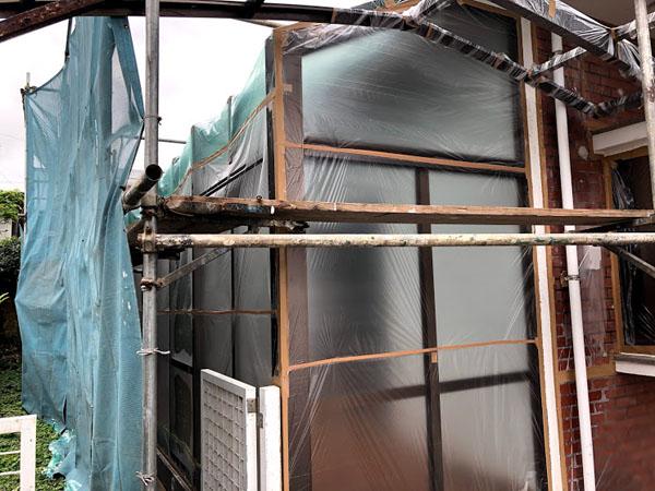 沖縄県宜野湾市U様のレンガタイル面、テラス窓ビニール養生。