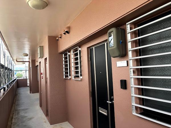 沖縄県糸満市Sアパート様の廊下面、鉄部塗装完了、ビニール養生はがし完了。