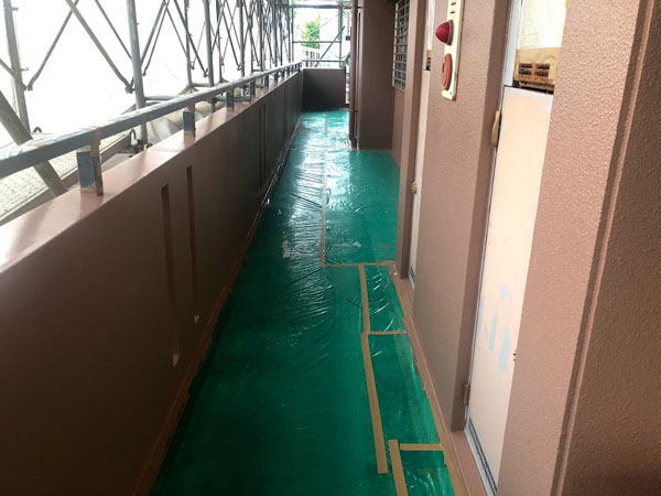 沖縄県糸満市Sアパート様の廊下面塗装工事