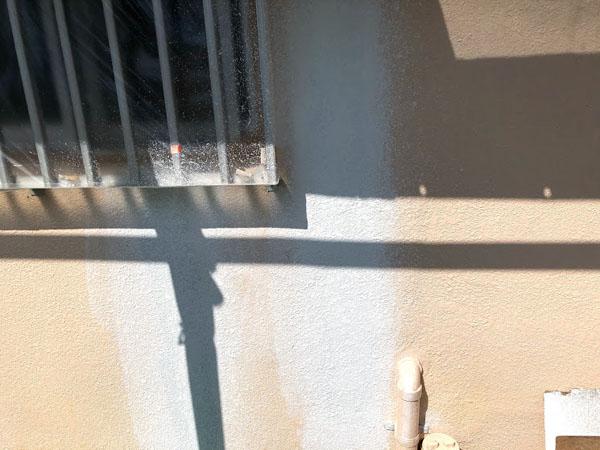 沖縄県那覇市Dアパート様のラフトンタイル模様合わせ、下地調整材塗布。