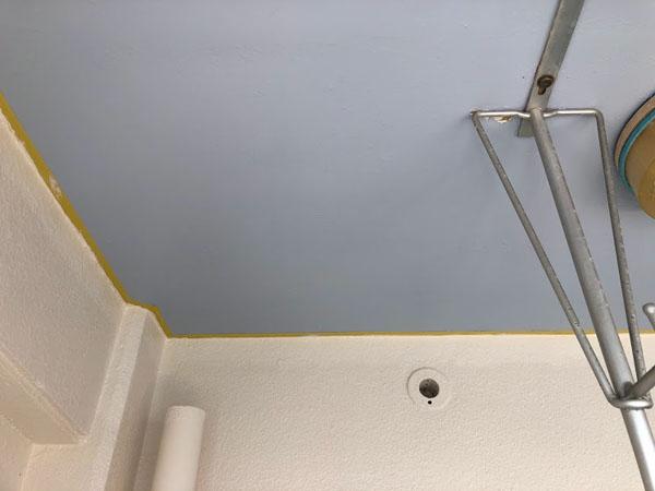 沖縄県那覇市Dアパート様のベランダ面ポイント色塗り完了。
