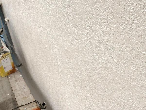 沖縄県那覇市Dアパート様・手塗りで細かく塗装中。