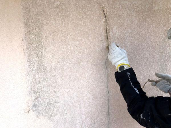 沖縄県那覇市Dアパート様のひび割れカット部プライマー接着材塗布。