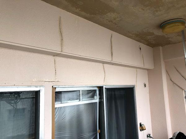 沖縄県那覇市Dアパート様のひび割れ補修中。