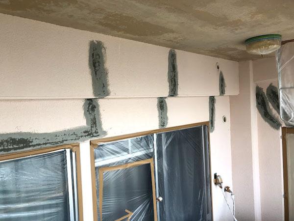 沖縄県那覇市Dアパート様のひび割れコーキング充填後、ポリマーセメント左官仕上げ。