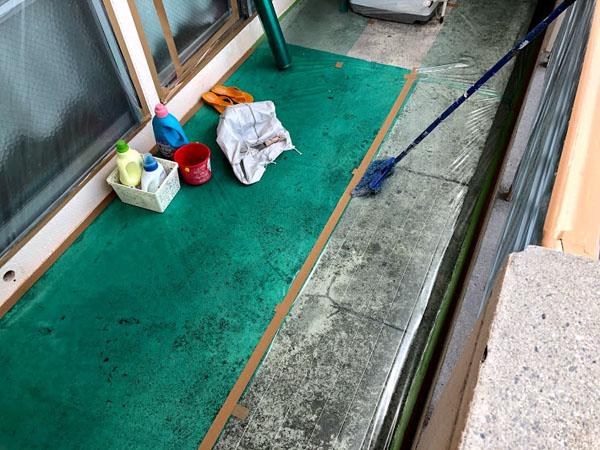 沖縄県那覇市Dアパート様の窓・サッシ・土間等ビニール養生中。