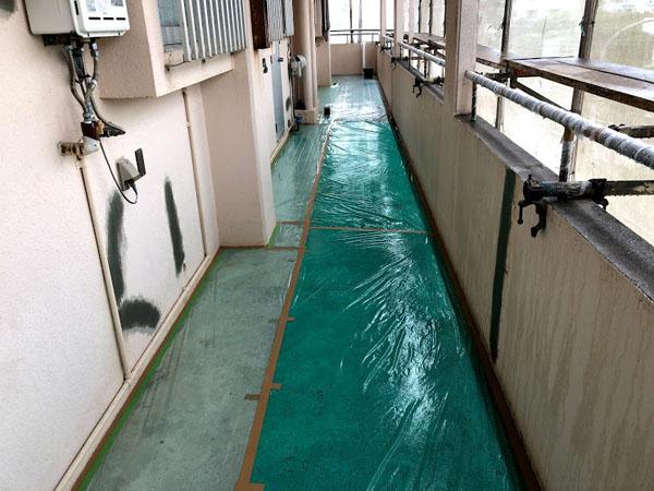 沖縄県那覇市Dアパート様の廊下面、土間・窓・ドア等ビニール養生中。