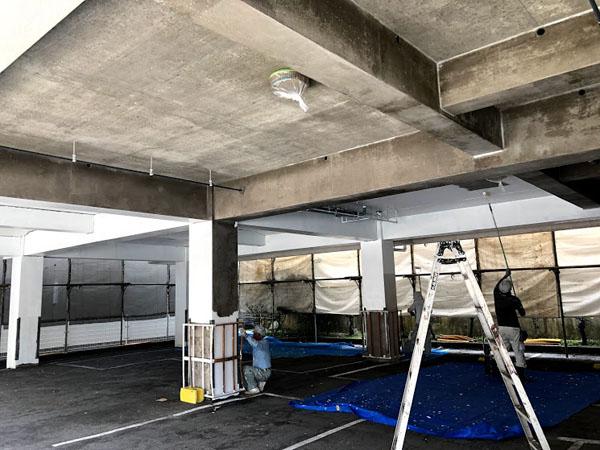 沖縄県那覇市Nアパート様の1階ピロティー内塗装中。