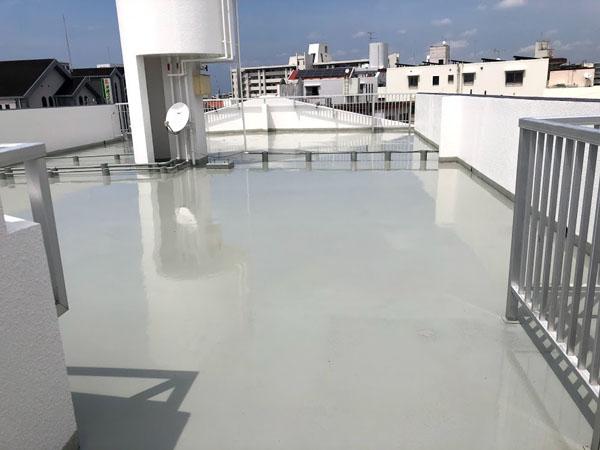 沖縄県那覇市Nアパート様の屋上ウレタン塗膜防水1回目塗布。