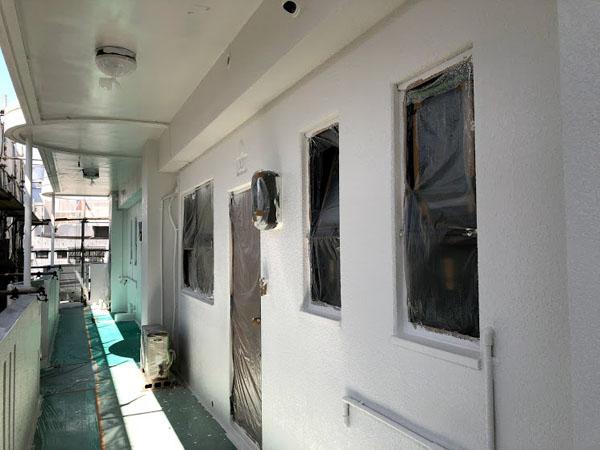 沖縄県那覇市Nアパート様のベース色上塗り完了。