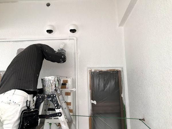 沖縄県那覇市Nアパート様の配管廻り等細かい所の刷毛塗り。