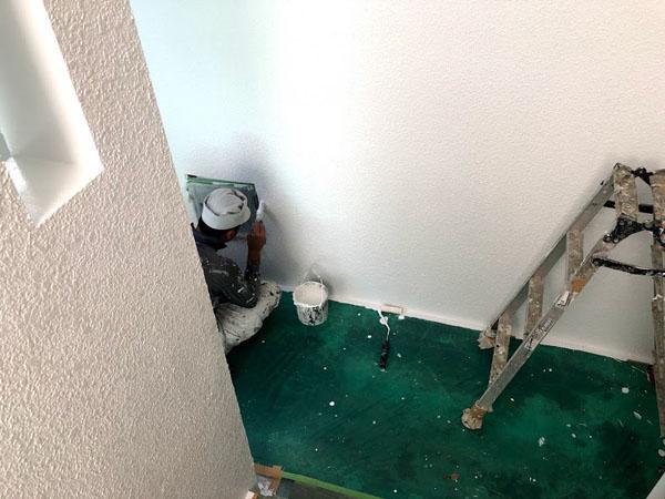 沖縄県那覇市Nアパート様の細かい所は刷毛を使い塗っていきます。