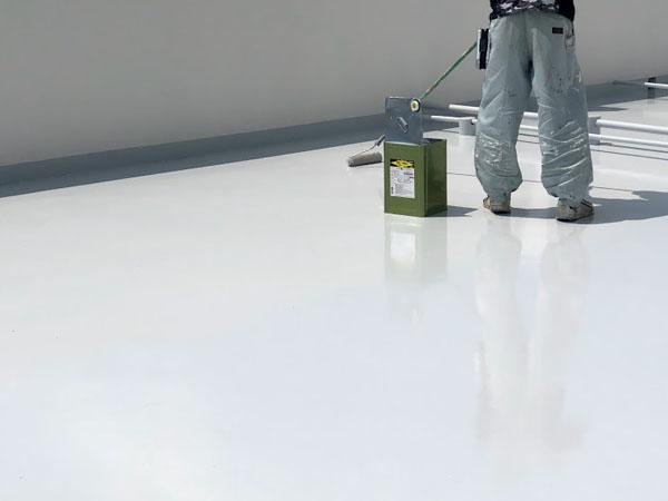 沖縄県那覇市Nアパート様の屋上遮熱保護材仕上げ2回塗り完了。