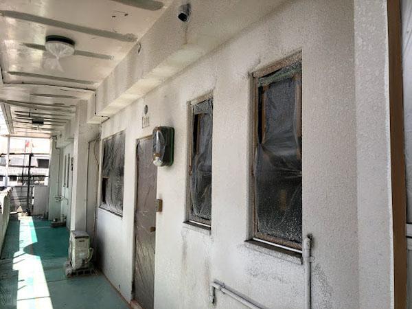 沖縄県那覇市Nアパート様のひび割れ補修部ラフトンタイル模様合わせ。