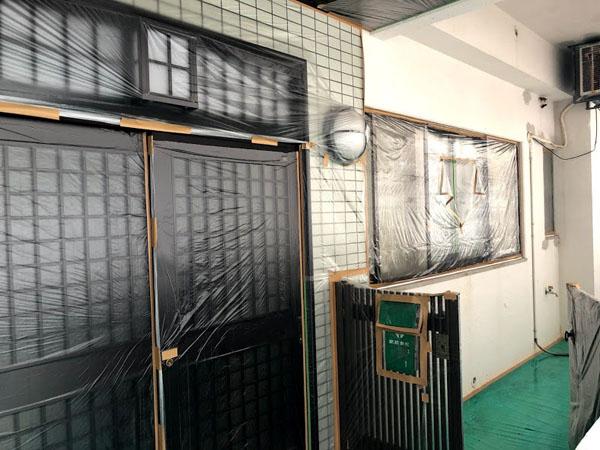沖縄県那覇市Nアパート様の窓、アルミ、土間等の非塗装物ビニール養生完了。