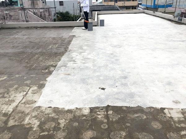 沖縄県那覇市O邸の屋上プライマー接着材下塗り。