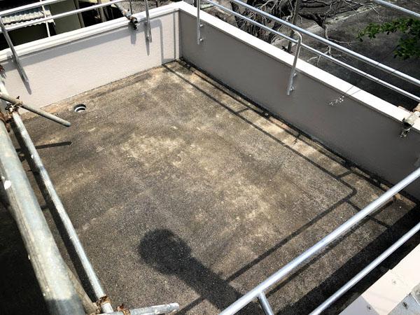 沖縄県那覇市O邸のベランダ、プライマー接着材下塗り。