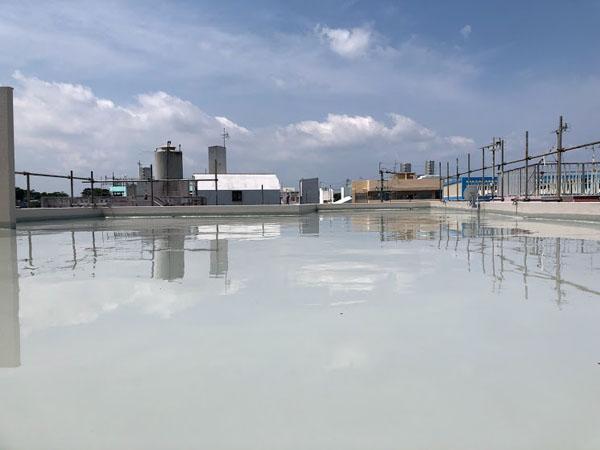 沖縄県那覇市O邸の屋上・庇、ウレタン塗膜防水1回目塗布。