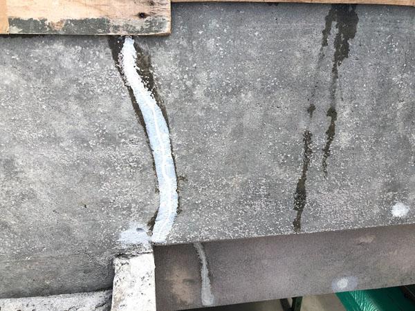 沖縄県那覇市O邸の壁面ひび割れカット、プライマー塗布後ウレタンパテ充填。