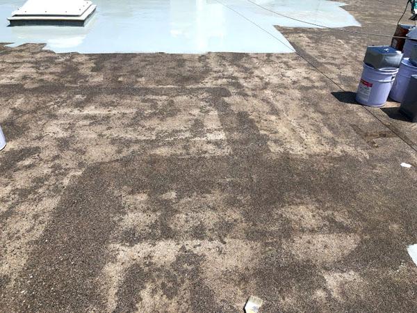 沖縄県宜野湾市U様の屋上プライマー接着材下塗り。