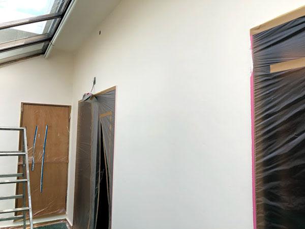 沖縄県宜野湾市U様の室内、コンクリート壁の艶消し塗装中塗り。