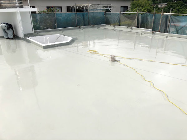 沖縄県宜野湾市U様の屋上ウレタン塗膜防水2回目塗布。