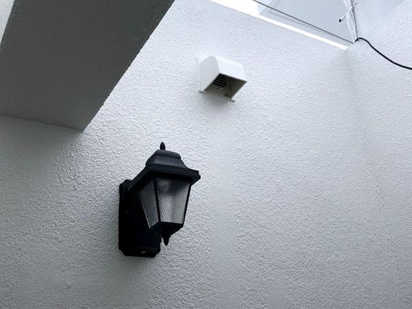 沖縄県那覇市Dアパート様の換気扇フード取付け、外灯取付け完了。