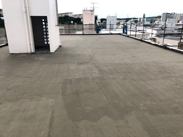 沖縄県那覇市Dアパート様の屋上下地調整材。