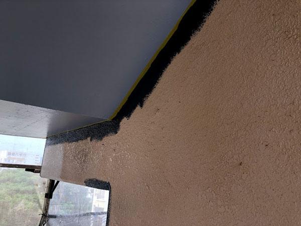 沖縄県那覇市Dアパート様の階段回り壁、ポイント色塗り