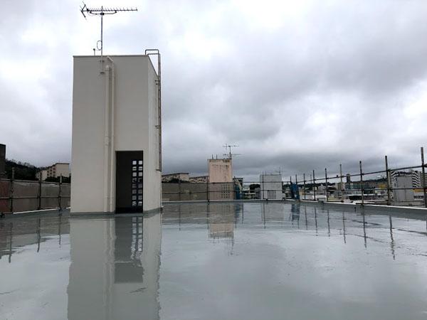 沖縄県那覇市Dアパート様の屋上塗膜防水1回目塗布。